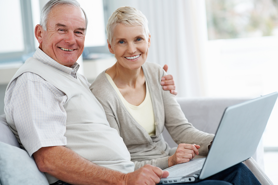 Old Couple using a laptop to find the best Medicare Shared Savings Program